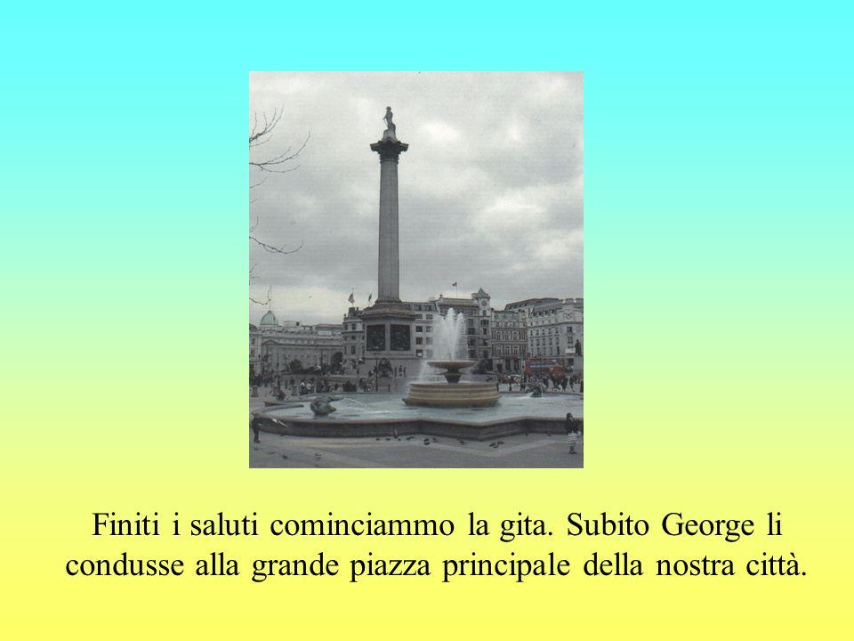 Illustrò loro la grande chiesa che si ergeva al centro della piazza.