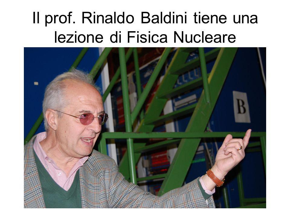 Il prof. Rinaldo Baldini tiene una lezione di Fisica Nucleare