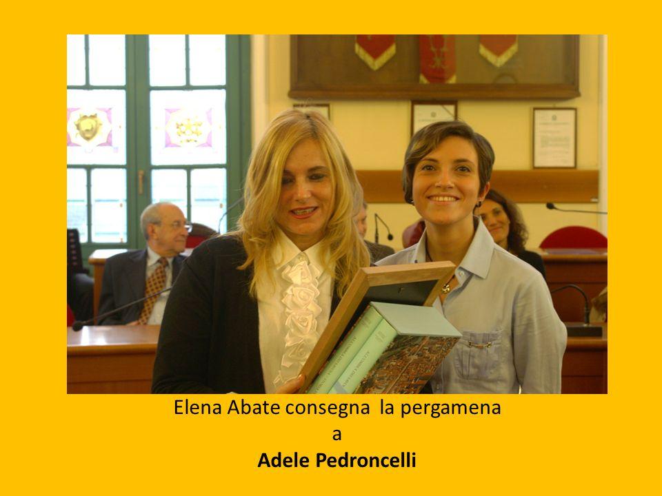 Elena Abate consegna la pergamena a Adele Pedroncelli