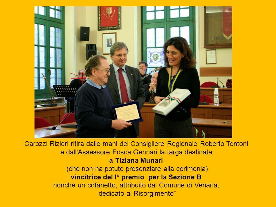 Carozzi Rizieri ritira dalle mani del Consigliere Regionale Roberto Tentoni e dallAssessore Fosca Gennari la targa destinata a Tiziana Munari (che non
