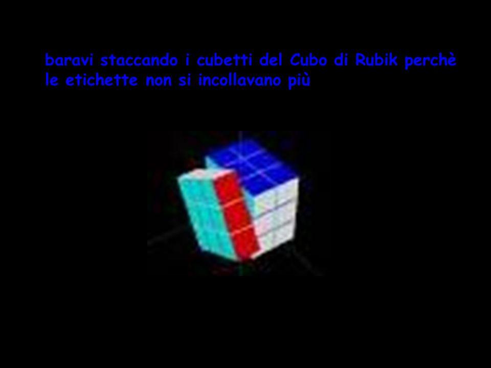 baravi staccando le etichette colorate del Cubo di Rubik