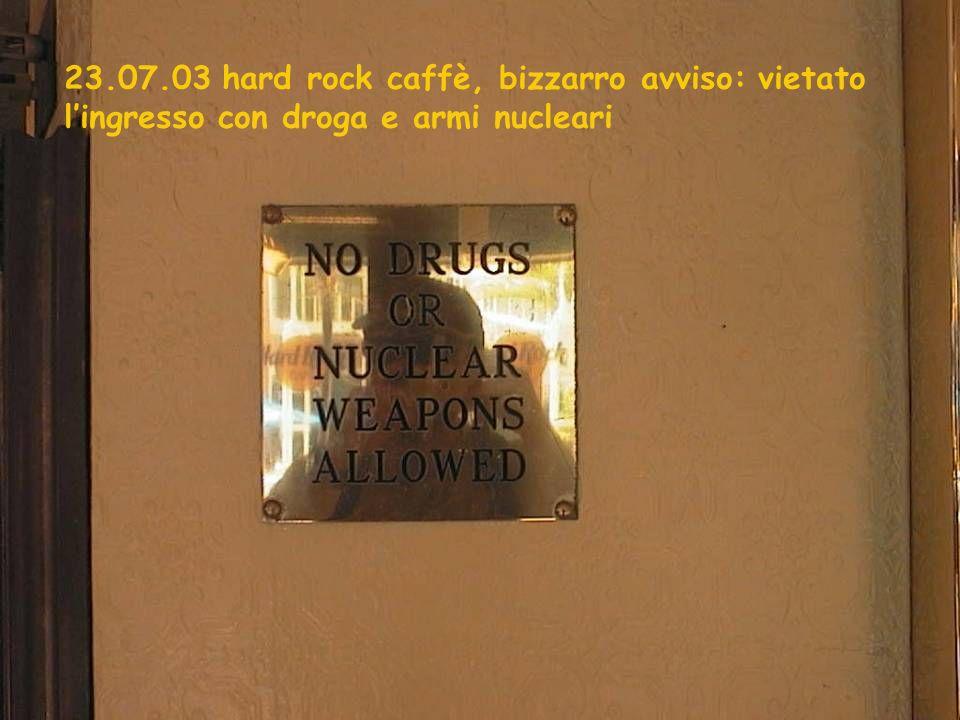 23.07.03 hard rock caffè, bizzarro avviso: vietato lingresso con droga e armi nucleari