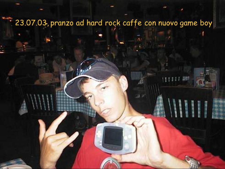 23.07.03, pranzo ad hard rock caffe con nuovo game boy