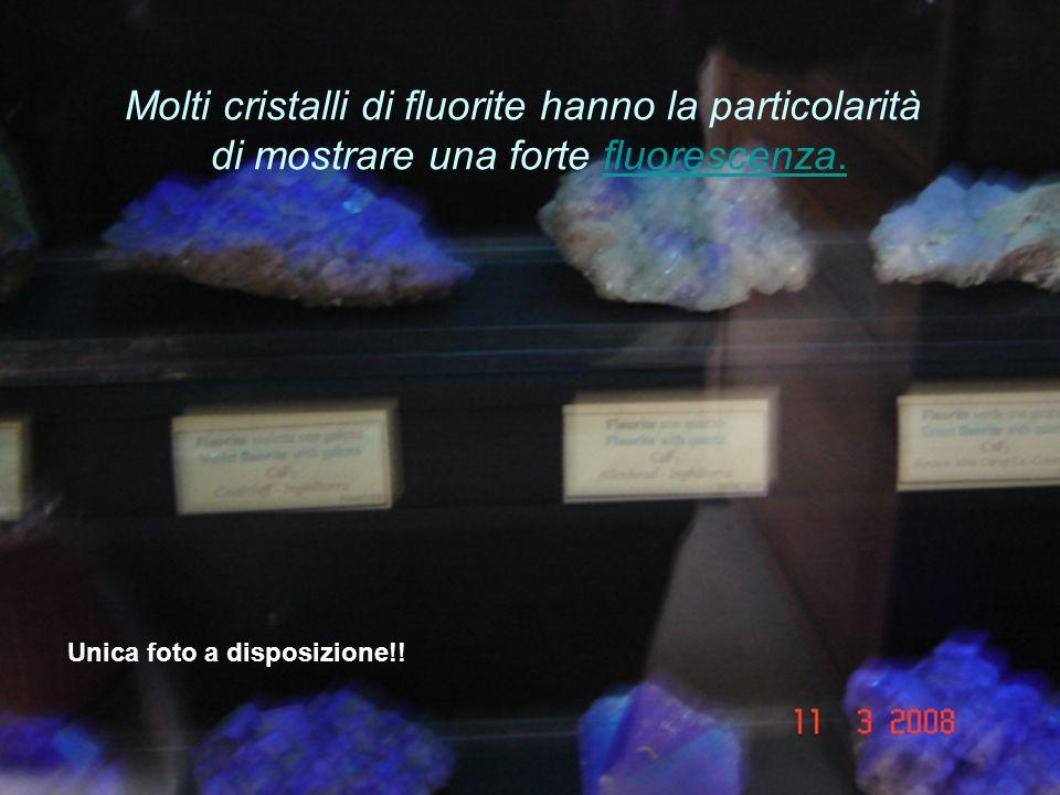 Molti cristalli di fluorite hanno la particolarità di mostrare una forte fluorescenza.fluorescenza.
