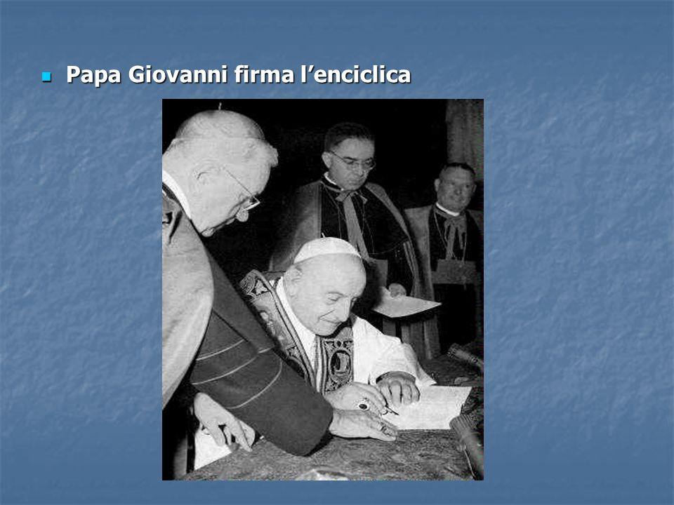 Papa Giovanni firma lenciclica Papa Giovanni firma lenciclica