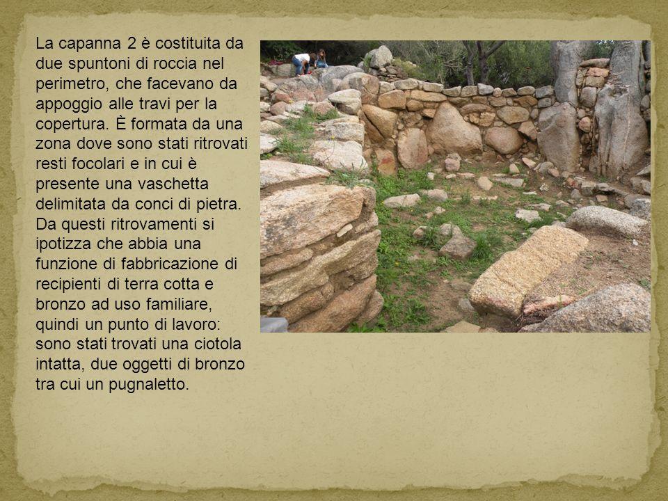 La capanna 2 è costituita da due spuntoni di roccia nel perimetro, che facevano da appoggio alle travi per la copertura. È formata da una zona dove so