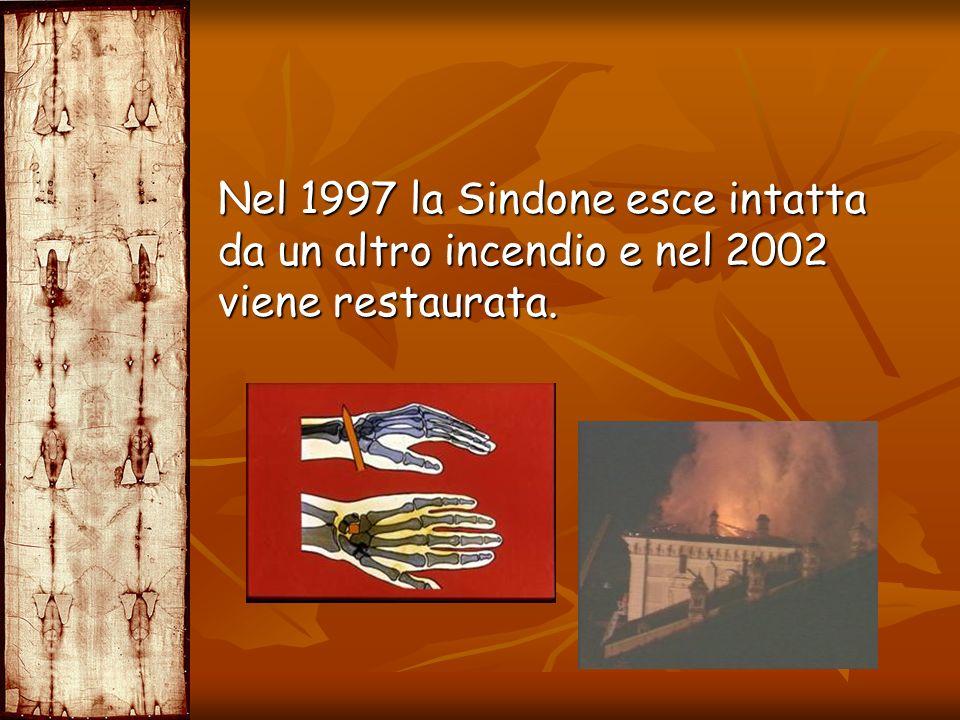 Nel 1997 la Sindone esce intatta da un altro incendio e nel 2002 viene restaurata.