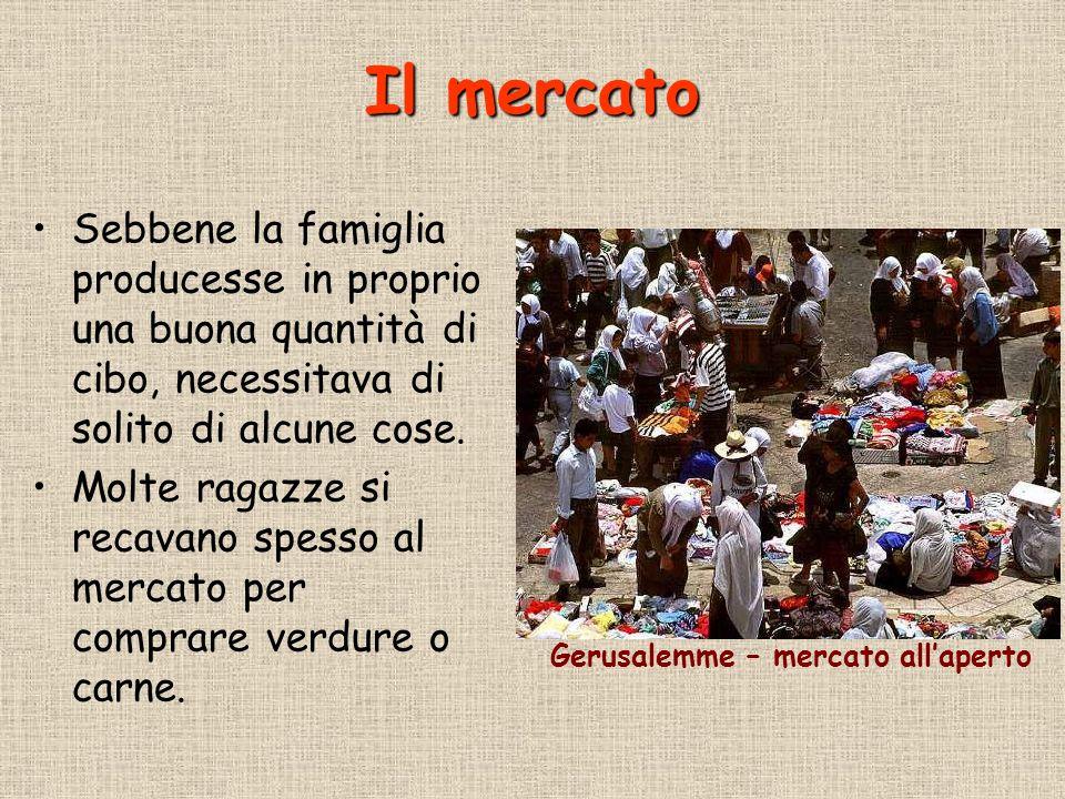 Il mercato Sebbene la famiglia producesse in proprio una buona quantità di cibo, necessitava di solito di alcune cose. Molte ragazze si recavano spess