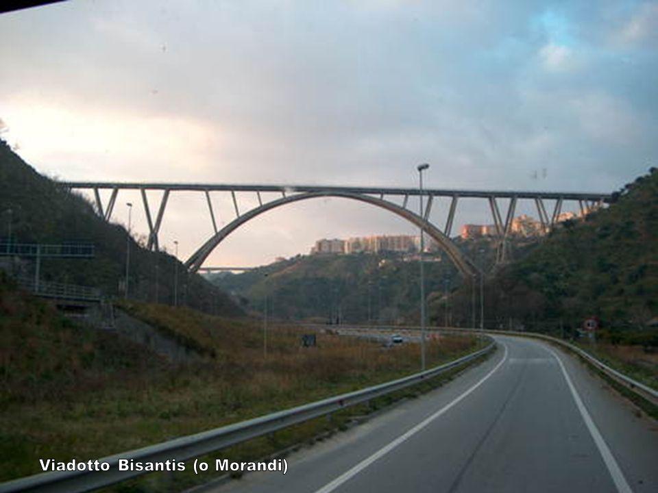 Nel lontano 1936 viene trovato ai piedi del viadotto il cadavere di un uomo.