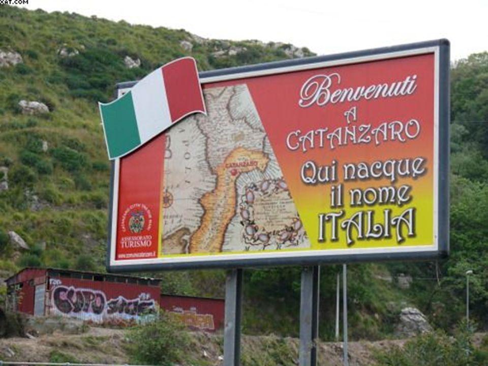 Prima di imboccare la galleria del Sansinato per giungere in città, un mega cartellone realizzato dallAssessorato al turismo del Comune saluta quanti arrivano a Catanzaro.