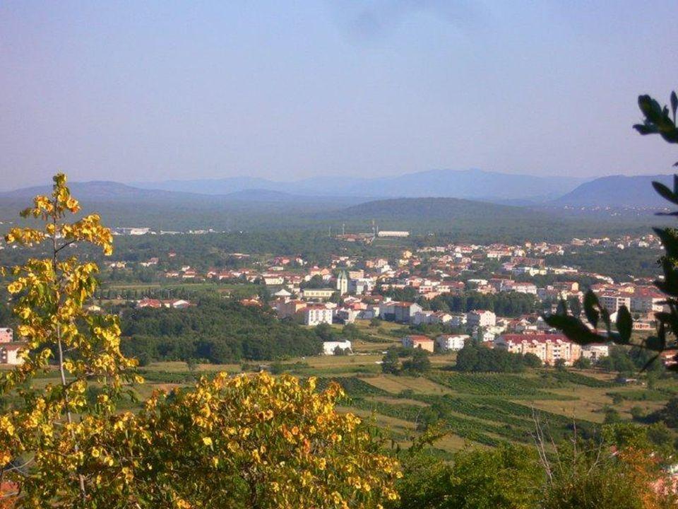 Ma oggi che ricorre il trentesimo anniversario delle apparizioni di Maria tra queste montagne sembra che tutti abbiano un legame con Medjugorje, il su