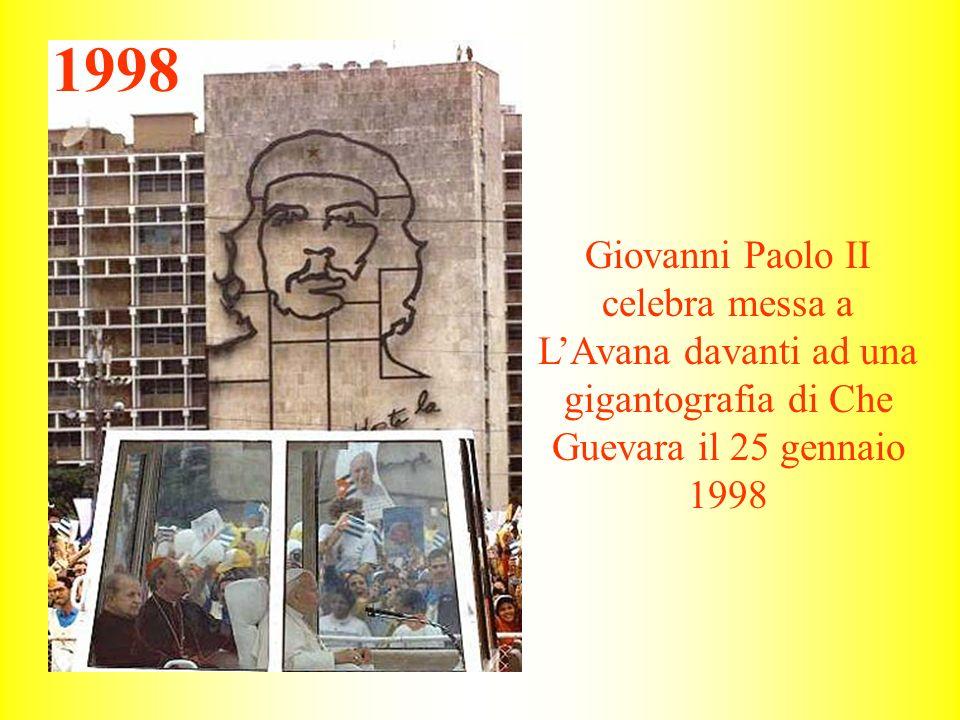Giovanni Paolo II celebra messa a LAvana davanti ad una gigantografia di Che Guevara il 25 gennaio 1998 1998