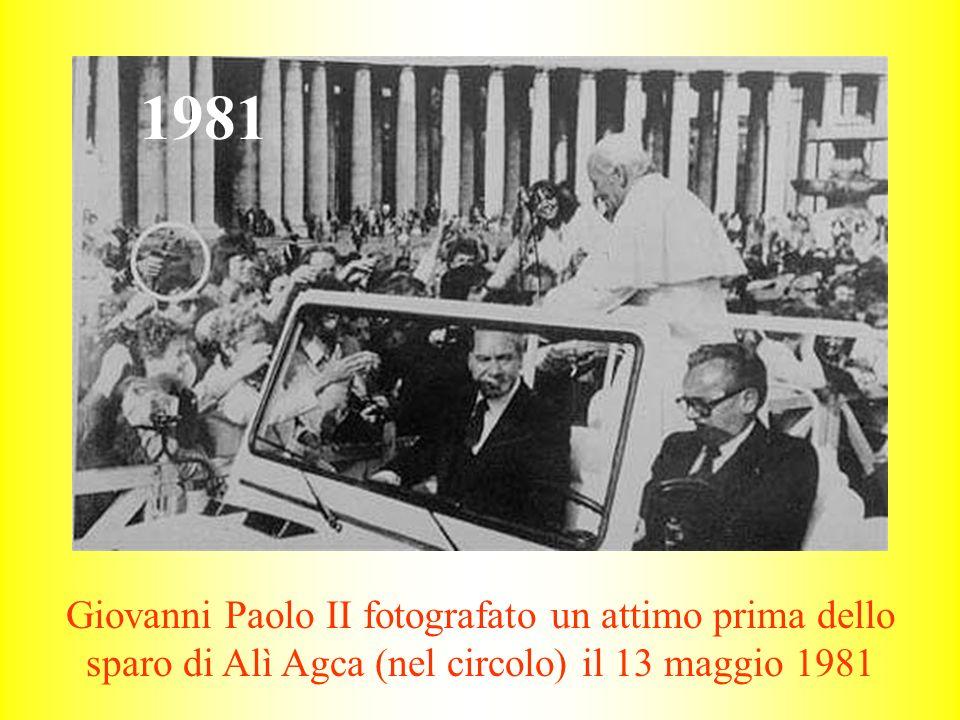 Giovanni Paolo II fotografato un attimo prima dello sparo di Alì Agca (nel circolo) il 13 maggio 1981 1981