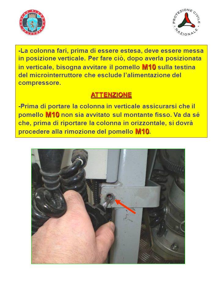 M10 -La colonna fari, prima di essere estesa, deve essere messa in posizione verticale. Per fare ciò, dopo averla posizionata in verticale, bisogna av