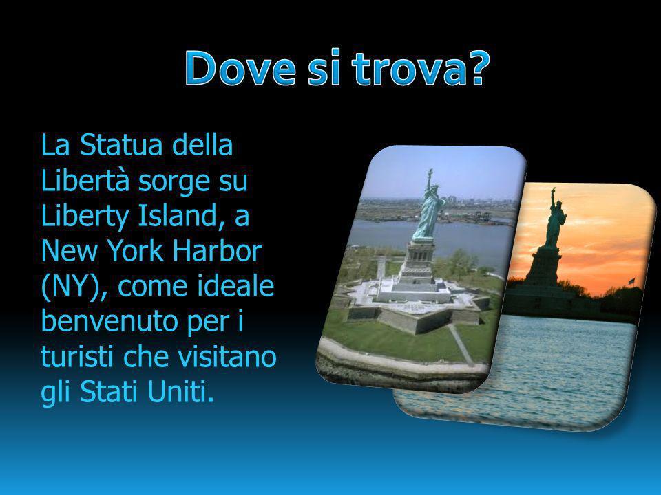 La Statua della Libertà sorge su Liberty Island, a New York Harbor (NY), come ideale benvenuto per i turisti che visitano gli Stati Uniti.