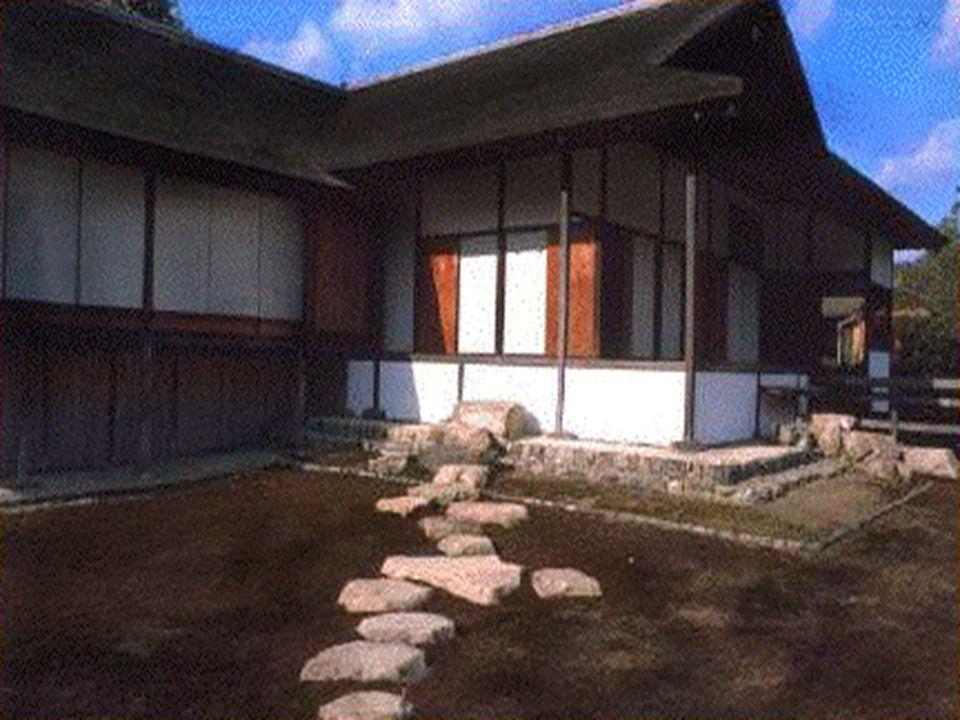 Le vasche in pietra e le lanterne sono un tipico elemento che fa parte della tradizione del giardino giapponese.