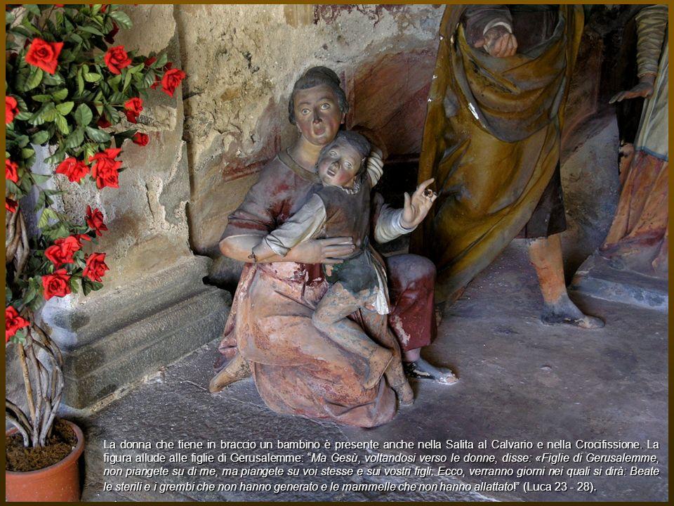 La donna che tiene in braccio un bambino è presente anche nella Salita al Calvario e nella Crocifissione. La figura allude alle figlie di Gerusalemme:
