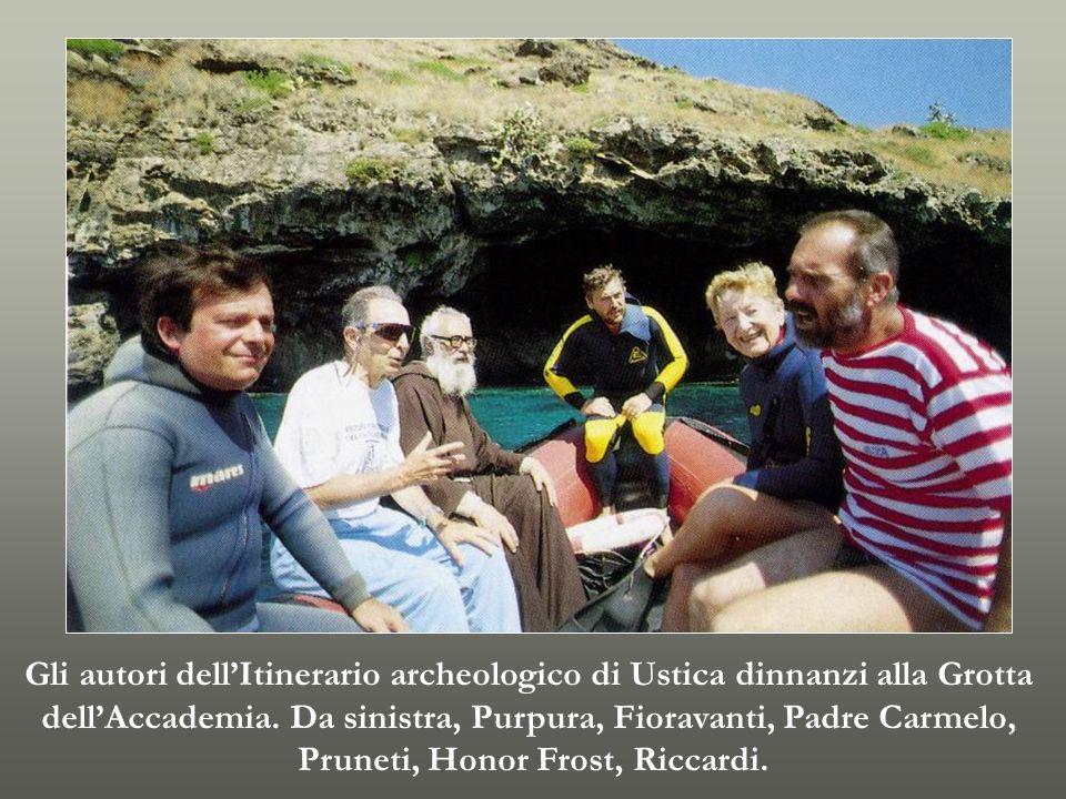 Gli autori dellItinerario archeologico di Ustica dinnanzi alla Grotta dellAccademia. Da sinistra, Purpura, Fioravanti, Padre Carmelo, Pruneti, Honor F
