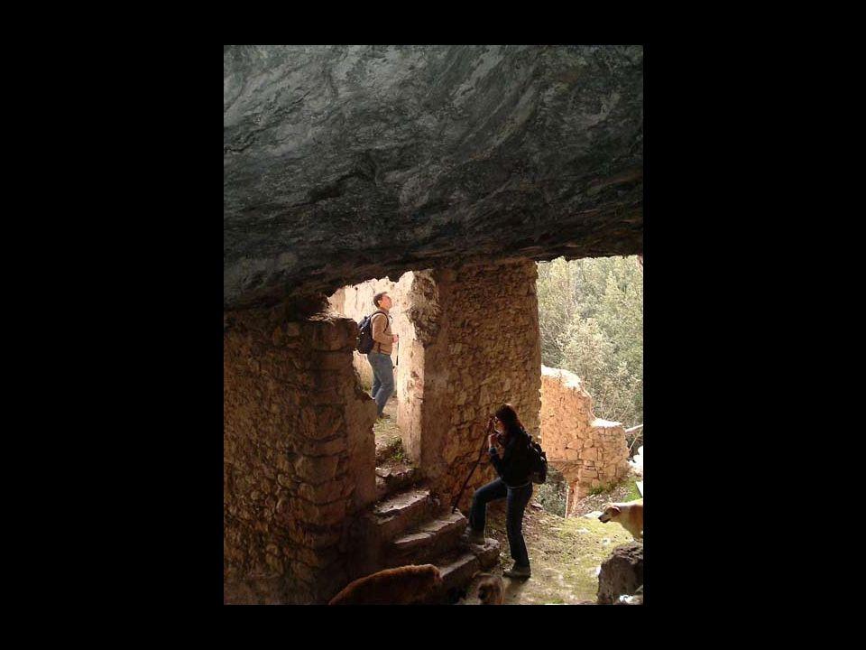 Eremi della Maiella La Maiella presenta unaltissima concentrazione di luoghi di culto, per lo più eremi rupestri situati spesso a ridosso di valloni e non sempre di facile accesso.