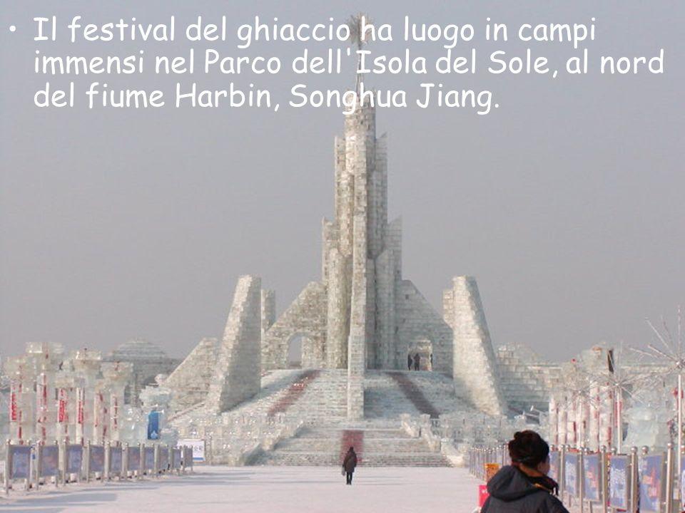 Il festival del ghiaccio ha luogo in campi immensi nel Parco dell Isola del Sole, al nord del fiume Harbin, Songhua Jiang.