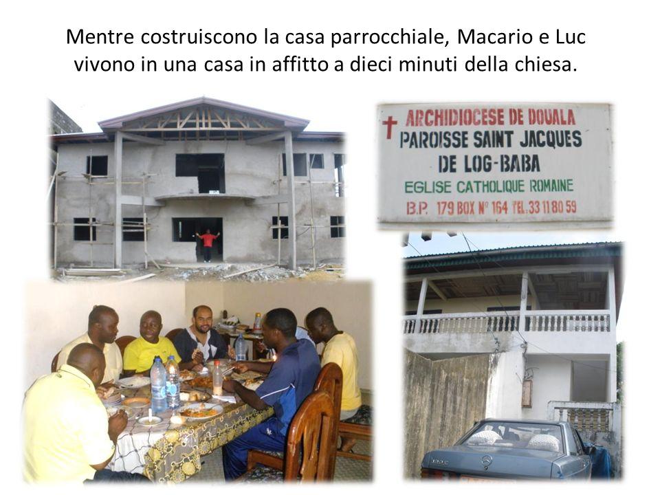 Mentre costruiscono la casa parrocchiale, Macario e Luc vivono in una casa in affitto a dieci minuti della chiesa.