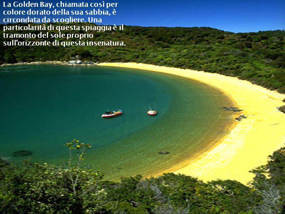 La Golden Bay, chiamata così per colore dorato della sua sabbia, è circondata da scogliere. Una particolarità di questa spiaggia è il tramonto del sol