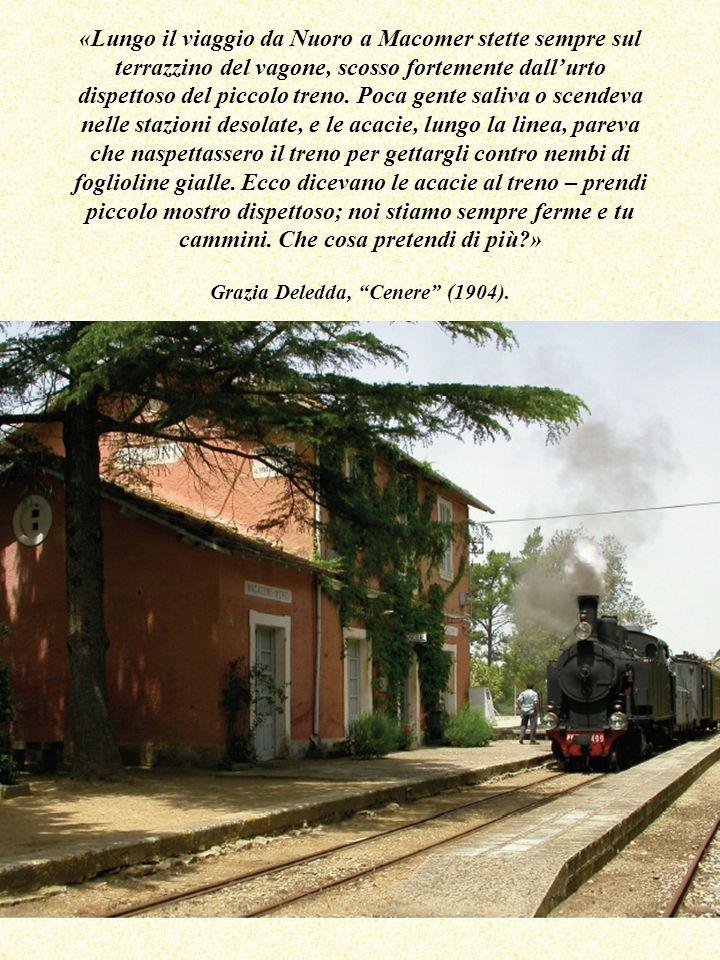 «Lungo il viaggio da Nuoro a Macomer stette sempre sul terrazzino del vagone, scosso fortemente dallurto dispettoso del piccolo treno.