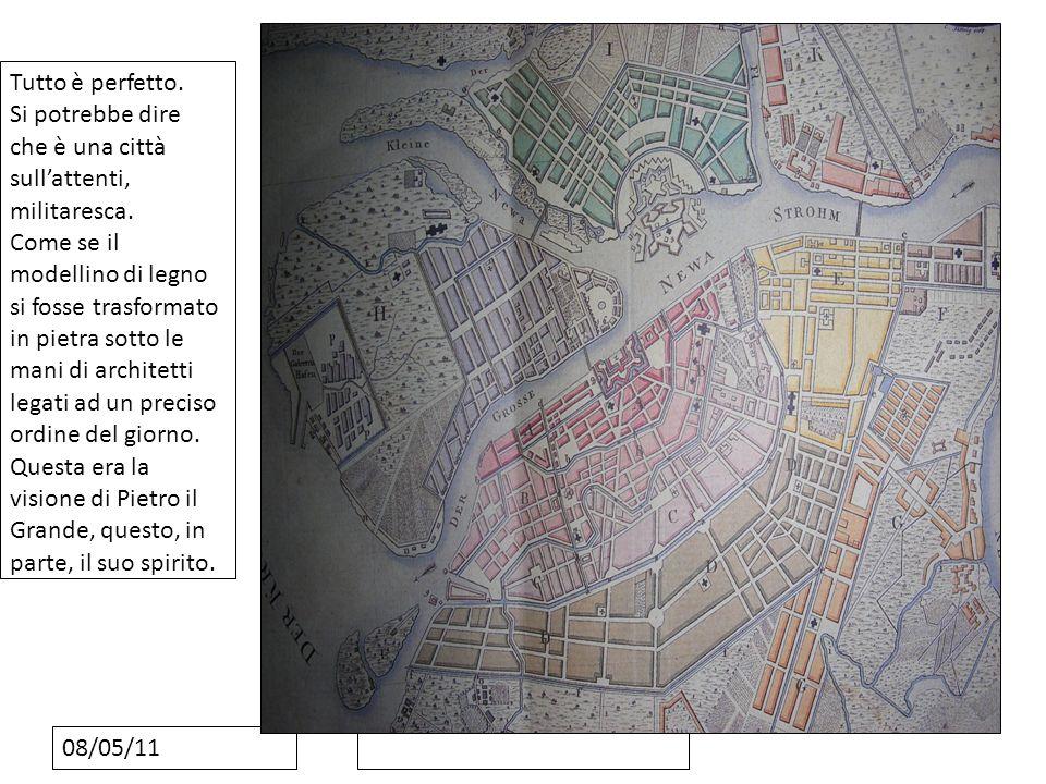 08/05/11 Tutto è perfetto. Si potrebbe dire che è una città sullattenti, militaresca. Come se il modellino di legno si fosse trasformato in pietra sot