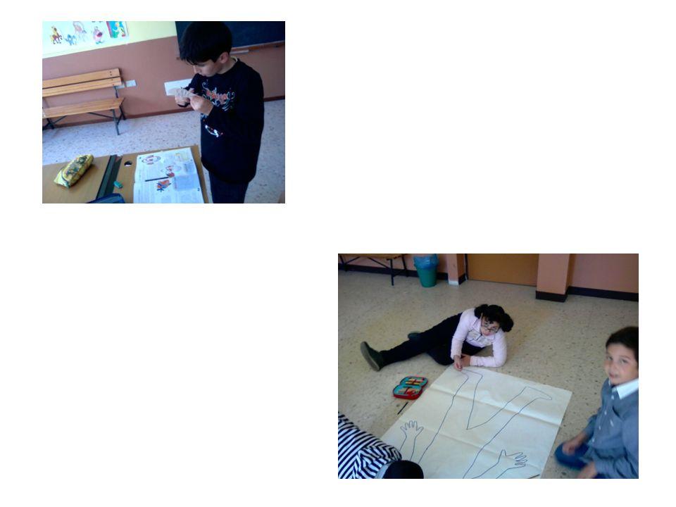 Abbiamo utilizzato il manichino come sagoma per disegnare delle figure umane in diverse posizioni.