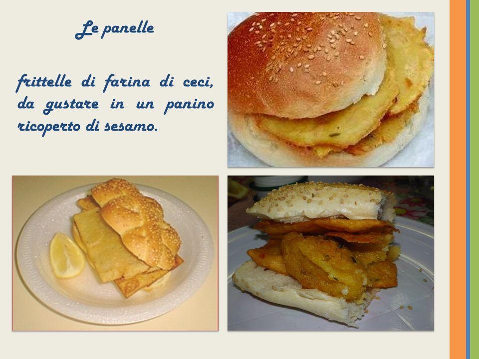 Le panelle frittelle di farina di ceci, da gustare in un panino ricoperto di sesamo.