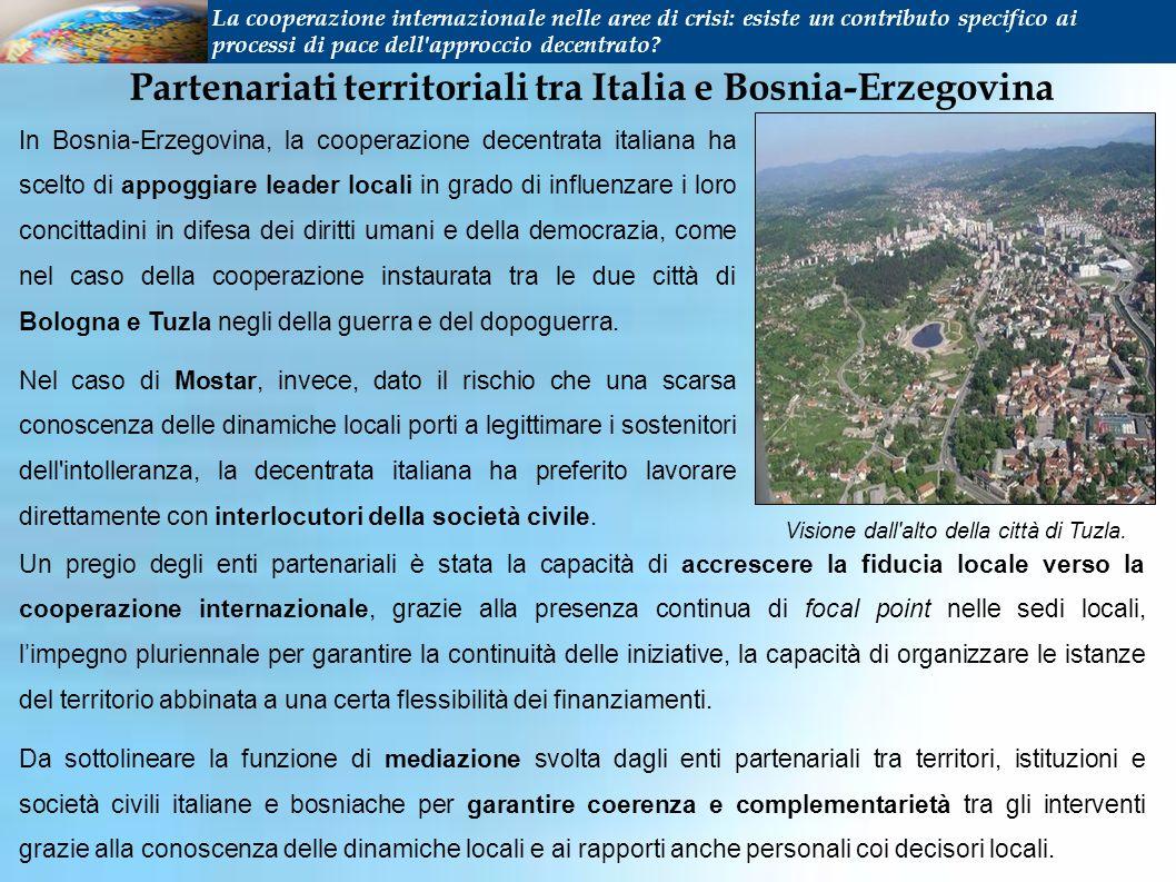 In Bosnia-Erzegovina, la cooperazione decentrata italiana ha scelto di appoggiare leader locali in grado di influenzare i loro concittadini in difesa dei diritti umani e della democrazia, come nel caso della cooperazione instaurata tra le due città di Bologna e Tuzla negli della guerra e del dopoguerra.