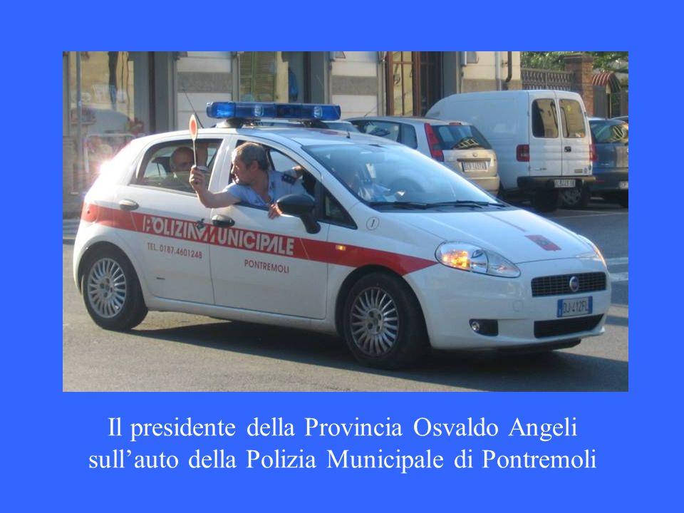 Il presidente della Provincia Osvaldo Angeli sullauto della Polizia Municipale di Pontremoli