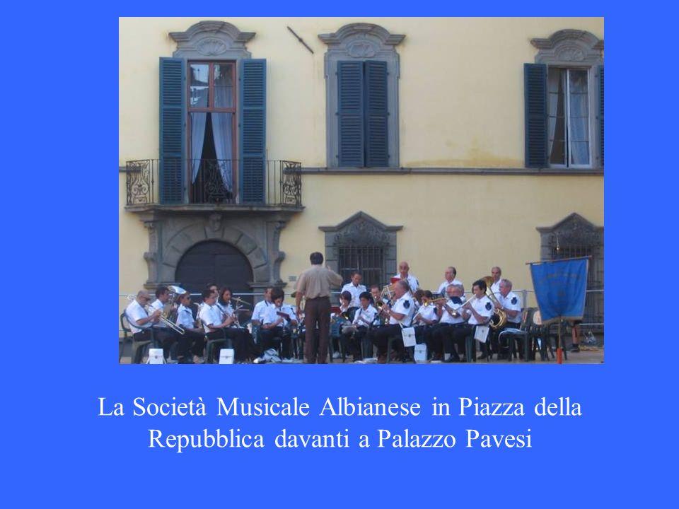 La Società Musicale Albianese in Piazza della Repubblica davanti a Palazzo Pavesi