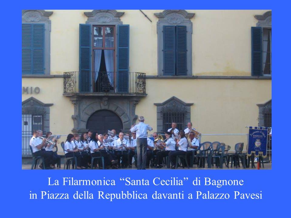 La Filarmonica Santa Cecilia di Bagnone in Piazza della Repubblica davanti a Palazzo Pavesi