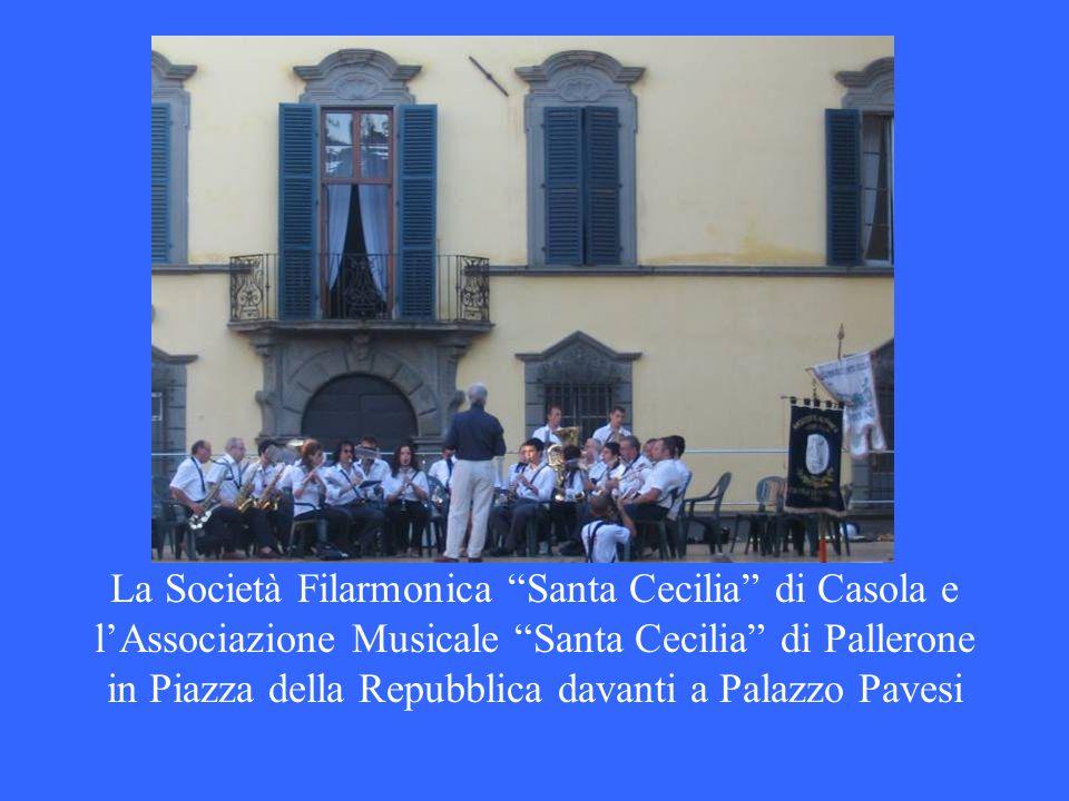 La Società Filarmonica Santa Cecilia di Casola e lAssociazione Musicale Santa Cecilia di Pallerone in Piazza della Repubblica davanti a Palazzo Pavesi