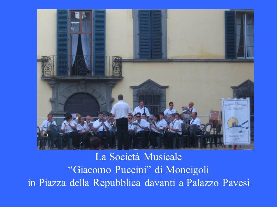 La Società Musicale Giacomo Puccini di Moncigoli in Piazza della Repubblica davanti a Palazzo Pavesi