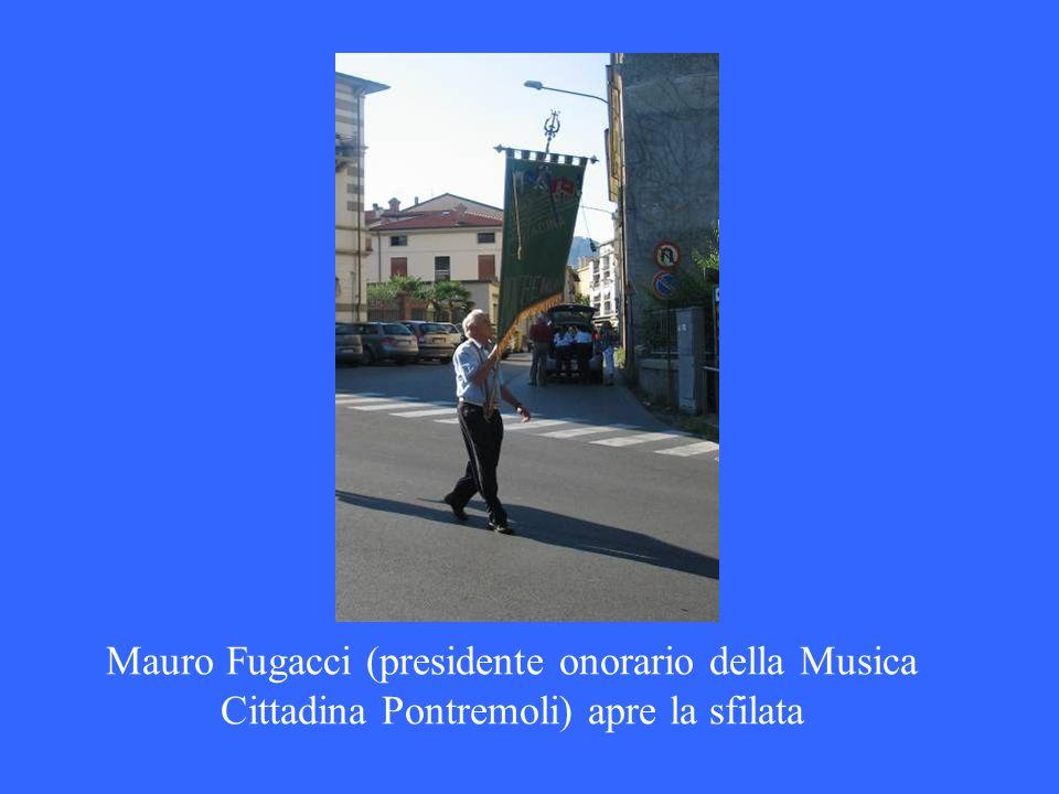 Mauro Fugacci (presidente onorario della Musica Cittadina Pontremoli) apre la sfilata