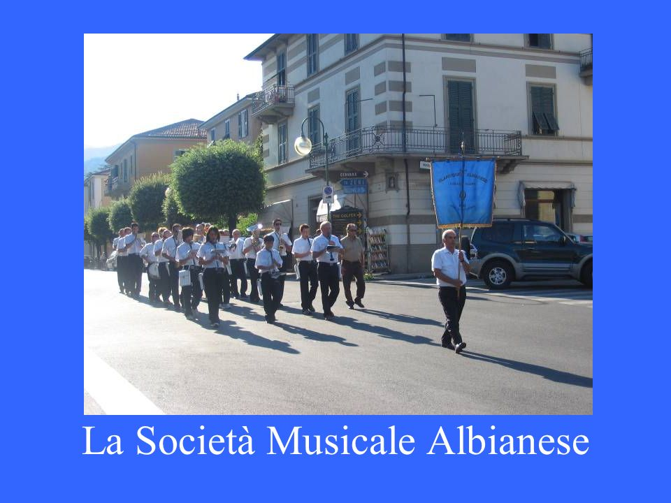 La Musica Cittadina Pontremoli in Piazza della Repubblica esegue la marcia Pontremoli scritta dal clarinettista Abele Tozzi