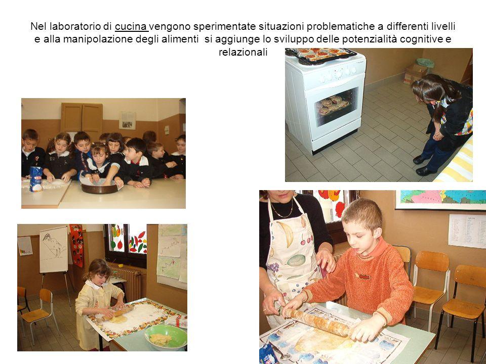 Nel laboratorio di cucina vengono sperimentate situazioni problematiche a differenti livelli e alla manipolazione degli alimenti si aggiunge lo sviluppo delle potenzialità cognitive e relazionali