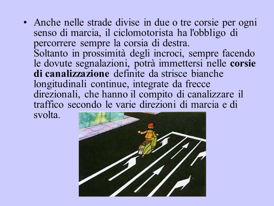 Anche nelle strade divise in due o tre corsie per ogni senso di marcia, il ciclomotorista ha l'obbligo di percorrere sempre la corsia di destra. Solta