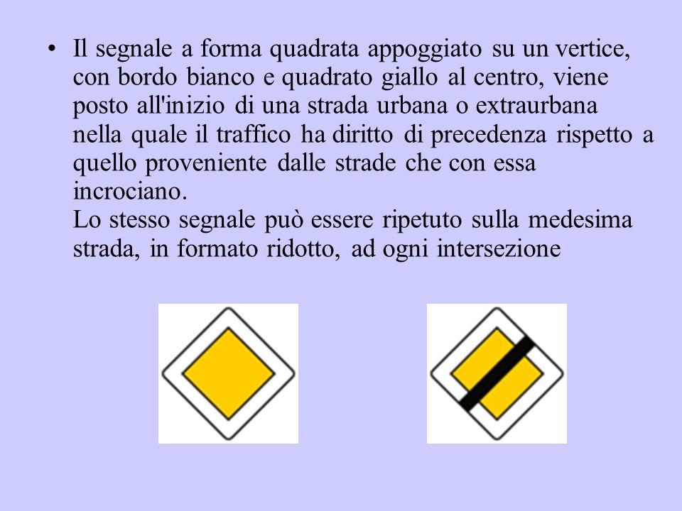 Il segnale a forma quadrata appoggiato su un vertice, con bordo bianco e quadrato giallo al centro, viene posto all'inizio di una strada urbana o extr