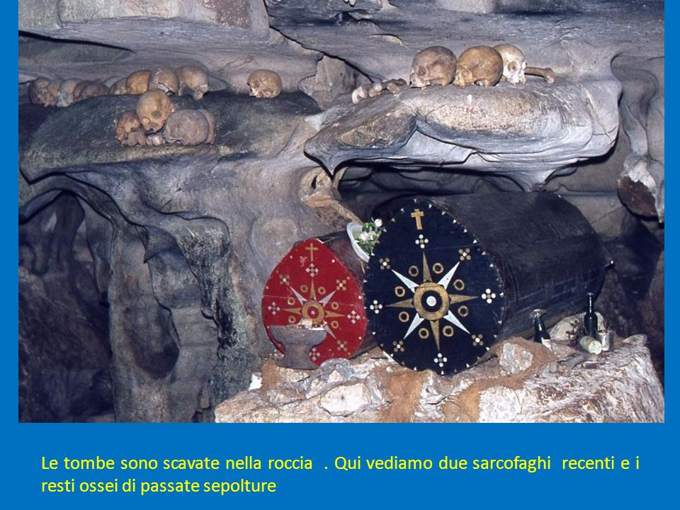 Le tombe sono scavate nella roccia.