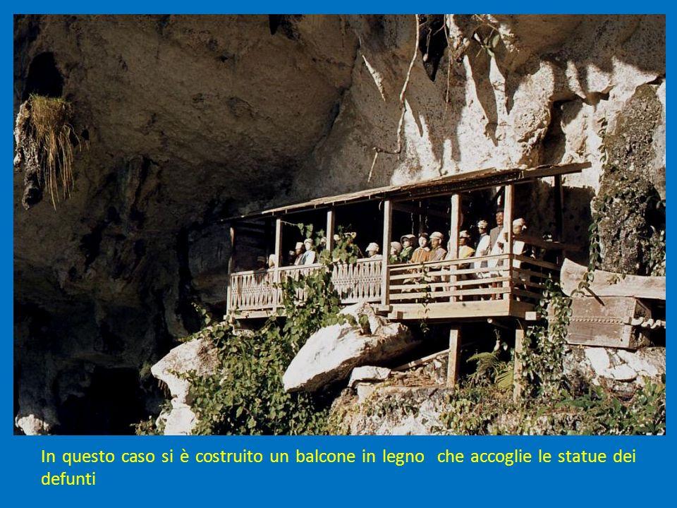 In questo caso si è costruito un balcone in legno che accoglie le statue dei defunti