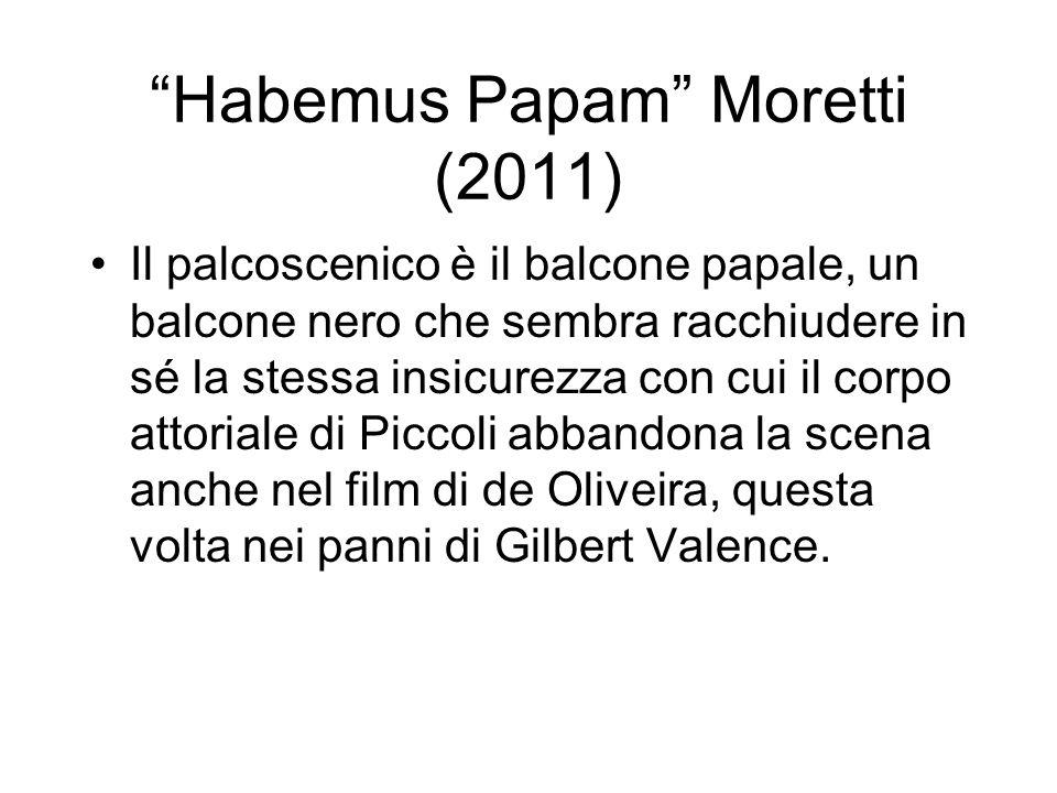 Habemus Papam Moretti (2011) Il palcoscenico è il balcone papale, un balcone nero che sembra racchiudere in sé la stessa insicurezza con cui il corpo