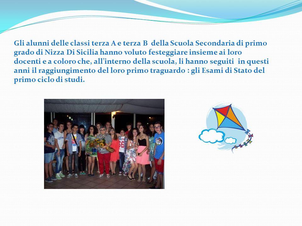 Gli alunni delle classi terza A e terza B della Scuola Secondaria di primo grado di Nizza Di Sicilia hanno voluto festeggiare insieme ai loro docenti