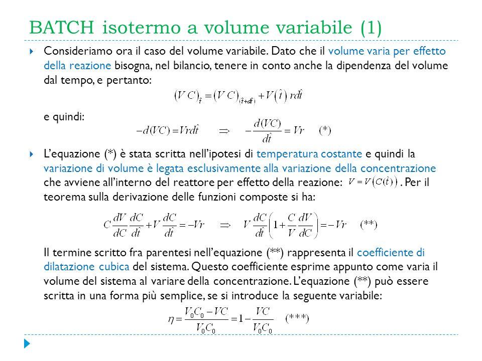 BATCH isotermo a volume variabile (1) Consideriamo ora il caso del volume variabile. Dato che il volume varia per effetto della reazione bisogna, nel