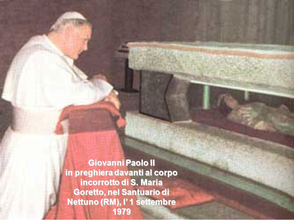 Benedetto XVI in preghiera davanti al corpo incorrotto di S. Pio da Pietrelcina, il 21 giugno 2009