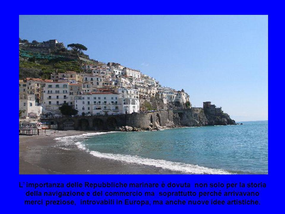 Amalfi raggiunse il massimo splendore nell XI secolo, dopo iniziò una rapida decadenza: prima fu conquistata dai Normanni poi saccheggiata dai Pisani.