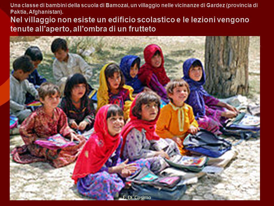 Una classe di bambini della scuola di Bamozai, un villaggio nelle vicinanze di Gardez (provincia di Paktia, Afghanistan). Nel villaggio non esiste un