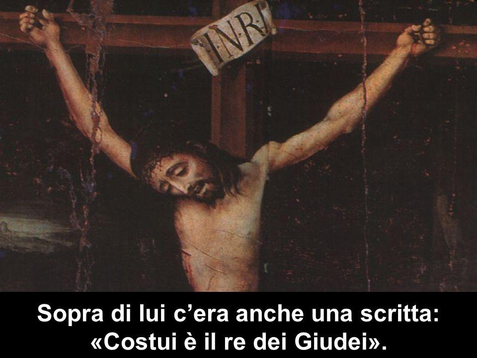 Sopra di lui cera anche una scritta: «Costui è il re dei Giudei».